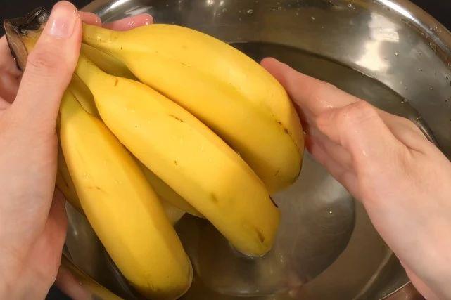 香蕉2天就变黑?水果摊老板教一招 第2张